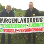 Dirk Mälzer und Gerd Lippold zeigen, worum es geht: saubere Umwelt, gesunde Lebensbedingungen, den Erhalt der Heimat und eine 100%ige Versorgung mit Erneuerbaren Energien.