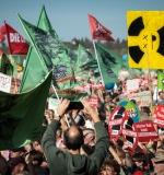 """Copyright: BUND / Nick Jaussi50.000 demonstrieren am Hambacher Wald für schnellen KohleausstiegGemeinsame Pressemitteilung von Buirer für Buir, BUND, Campact, Greenpeace und NaturFreunde Deutschlands vom 6. Oktober 2018Berlin/Buir, 6.10.2018 – 50.000 Menschen demonstrieren heute am Hambacher Wald friedlich für einen schnellen Kohleausstieg und gegen die Zerstörung des Waldes. Es ist die bislang größte Anti-Kohle-Demonstration im Rheinischen Revier. Wegen Staus und Überlastung der Bahn kam es zu Verzögerungen bei der Anreise. Noch bis zum späten Nachmittag werden tausende Menschen am Wald ankommen.Die Veranstalter der Großdemonstration, die Initiative Buirer für Buir, der Bund für Umwelt und Naturschutz Deutschland (BUND), Campact, Greenpeace und die NaturFreunde Deutschlands, forderten gemeinsam mit den Teilnehmern von der Bundesregierung einen zügigen Ausstieg aus der klimaschädlichen Kohle und von dem Energiekonzern RWE einen Komplettverzicht auf die geplante Rodung des Hambacher Waldes. Noch gestern musste das Demo-Bündnis die Genehmigung für die Kundgebung mit einem Eilantrag gerichtlich einklagen.Die Demonstration verlief wie die überwiegende Mehrheit der Proteste rund um den Hambacher Wald friedlich, viele Familien mit Kindern waren gekommen. Bekannte Künstler*innen wie die Band Revolverheld unterstützten die Großdemonstration.Auch online sprechen sich immer mehr Menschen für entschlossenen Klimaschutz und gegen die Abholzung des Waldes aus. Mehr als 800.000 Menschen unterstützen bereits den Online-Appell """"Hambacher Wald: Retten statt roden"""".ZITATE der Redner/innen:Antje Grothus, Initiative Buirer für Buir: """"Gerichte mussten durchsetzen, was eigentlich Aufgabe der Politik ist, nämlich wertvolle Natur zu schützen vor den rücksichtslosen und rechtswidrigen Plänen eines Energiekonzerns. Die Sturheit von RWEs Kohlepolitik und der Beistand der Landesregierung haben Deutschland international blamiert. Jetzt muss die Bunde"""